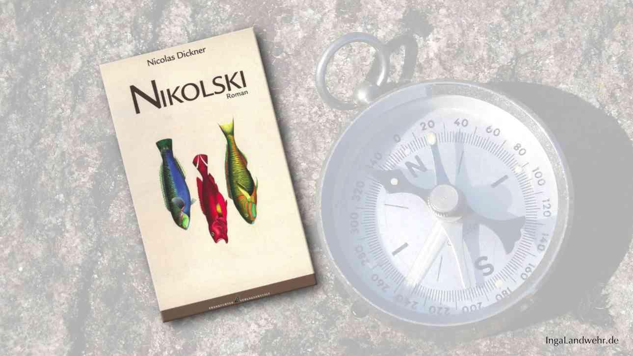"""Buchcover von """"Nikolski"""" im Vordergrung, im Hintergrund liegt ein Kompass"""