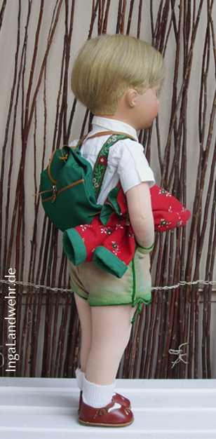Friedebald im Wanderdress mit Rucksack im Halbprofil