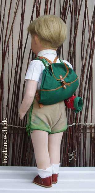 Friedebald im Wanderdress mit Rucksack von hinten