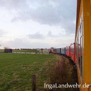 Blick aus der fahrenden Inselbahn auf Langeoog