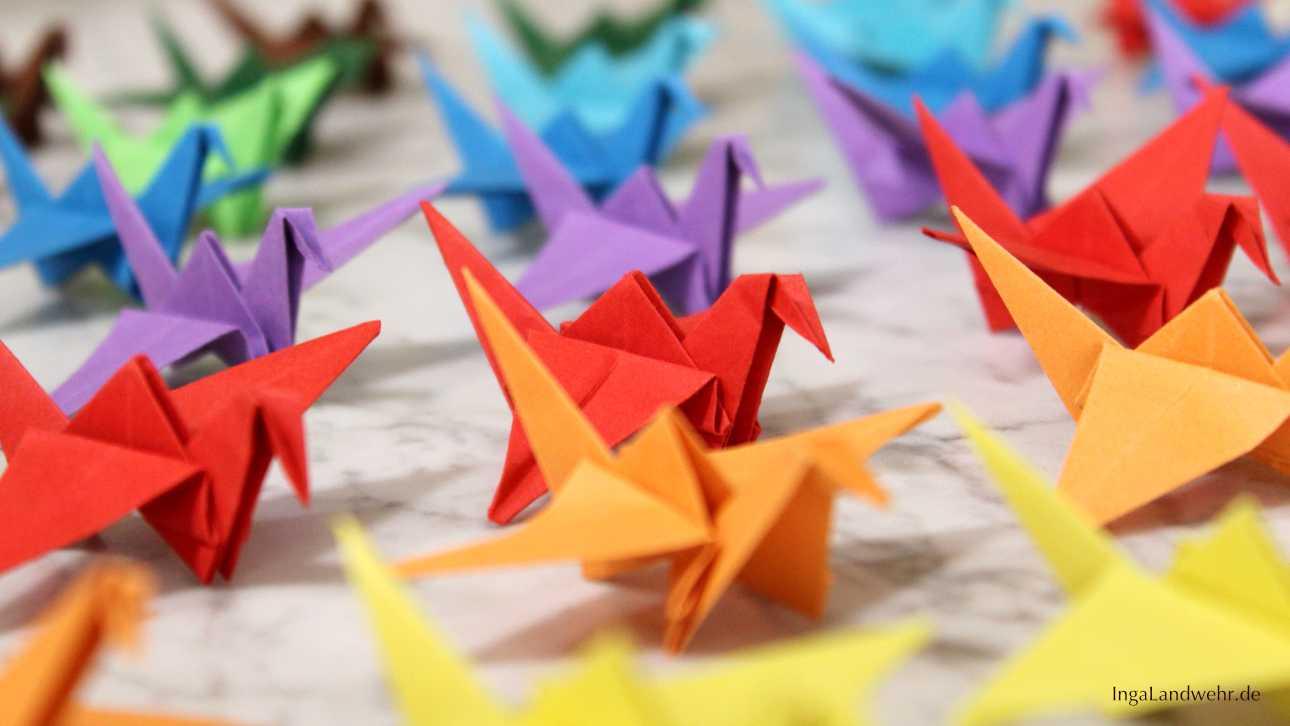 Origami-Kraniche in rot, gelb, orange und grün