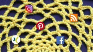 Häkelnetz auf dem Social Media Symbolen platziert sind