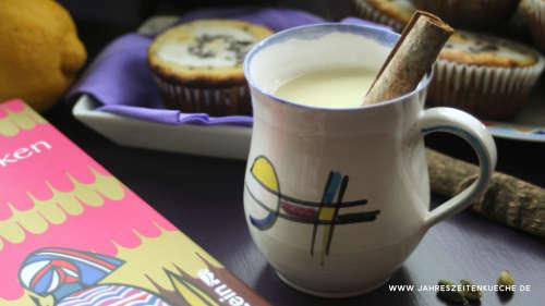 Chai mit Zimtstange in einer Tasse