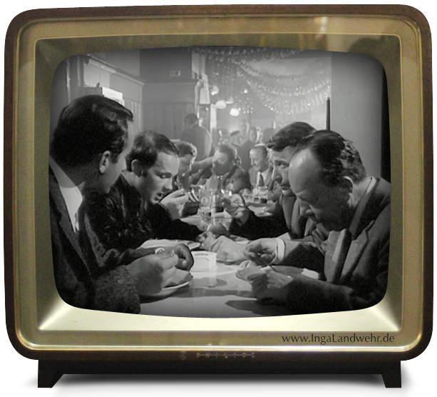 Der Kommissar sitzt mit Grabert, Heines und eihem Zeugen in einem Lokal und isst Suppe