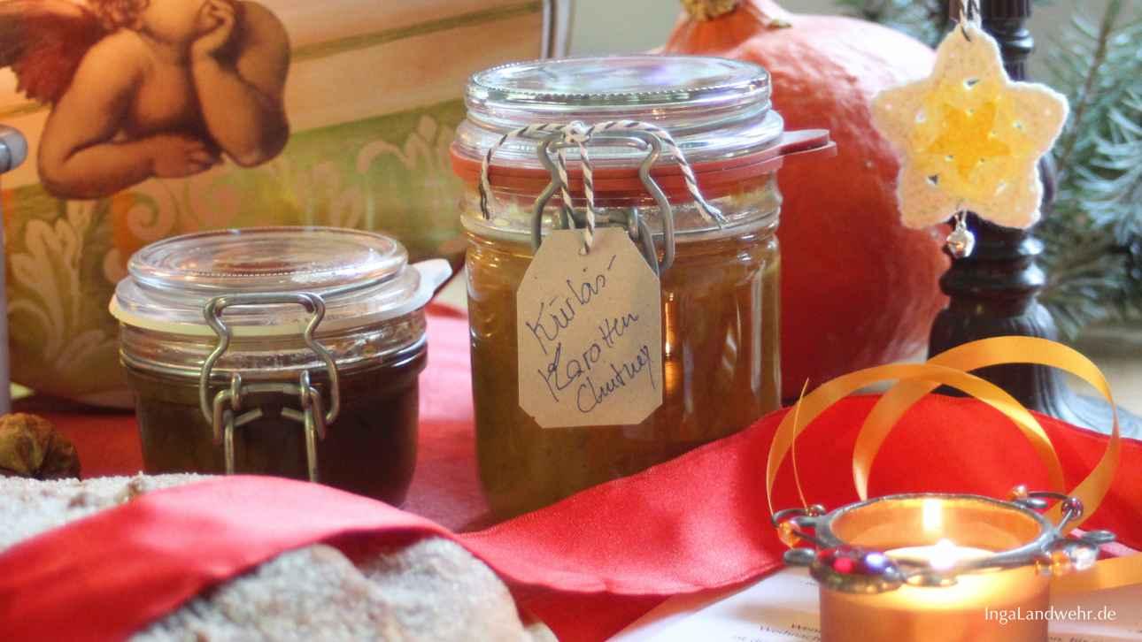 Alle Last Minute Geschenke auf einem Bild: Gläser mit Chutney, Christstollen, Kerzen und gehäkelte Sterne vor einer Keksdose mit Engeln