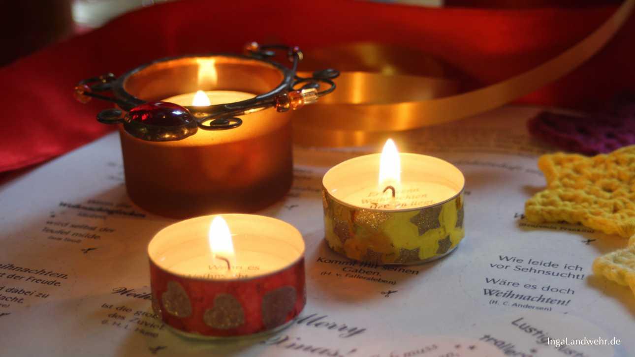 Brennende Teelichter mit Weihnachtsbotschaften