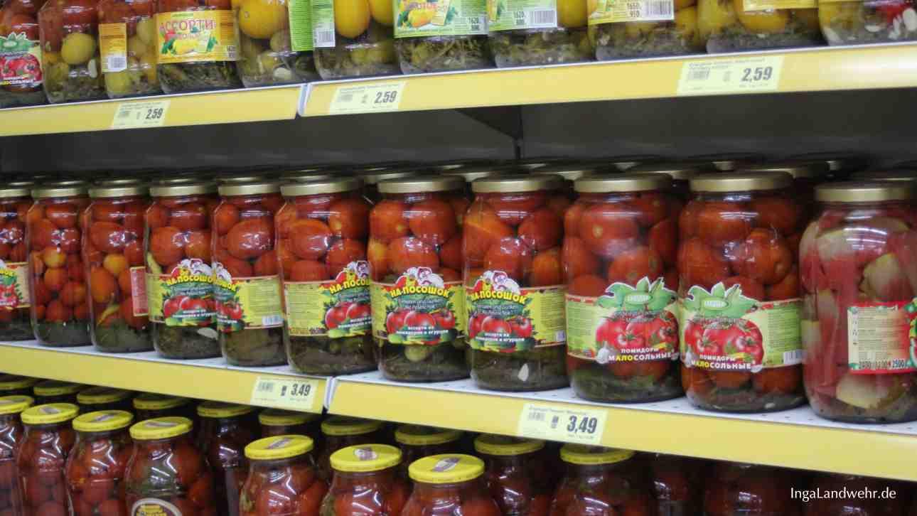 einlegte Mehrere Regalmeter mit eingelegten Tomaten
