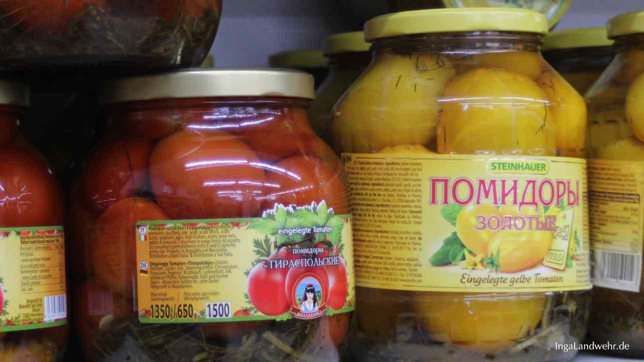 zwei große Gläser mit eingelegten Tomaten