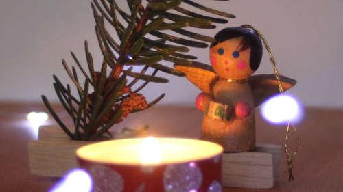 Tannenzweig mit Engel und Lichtpunken