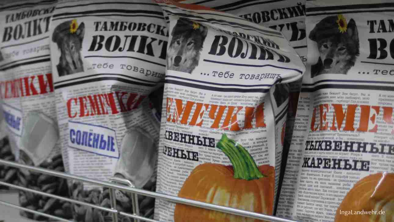 Kürbiskern-Knabbereien mit russischer Beschriftung