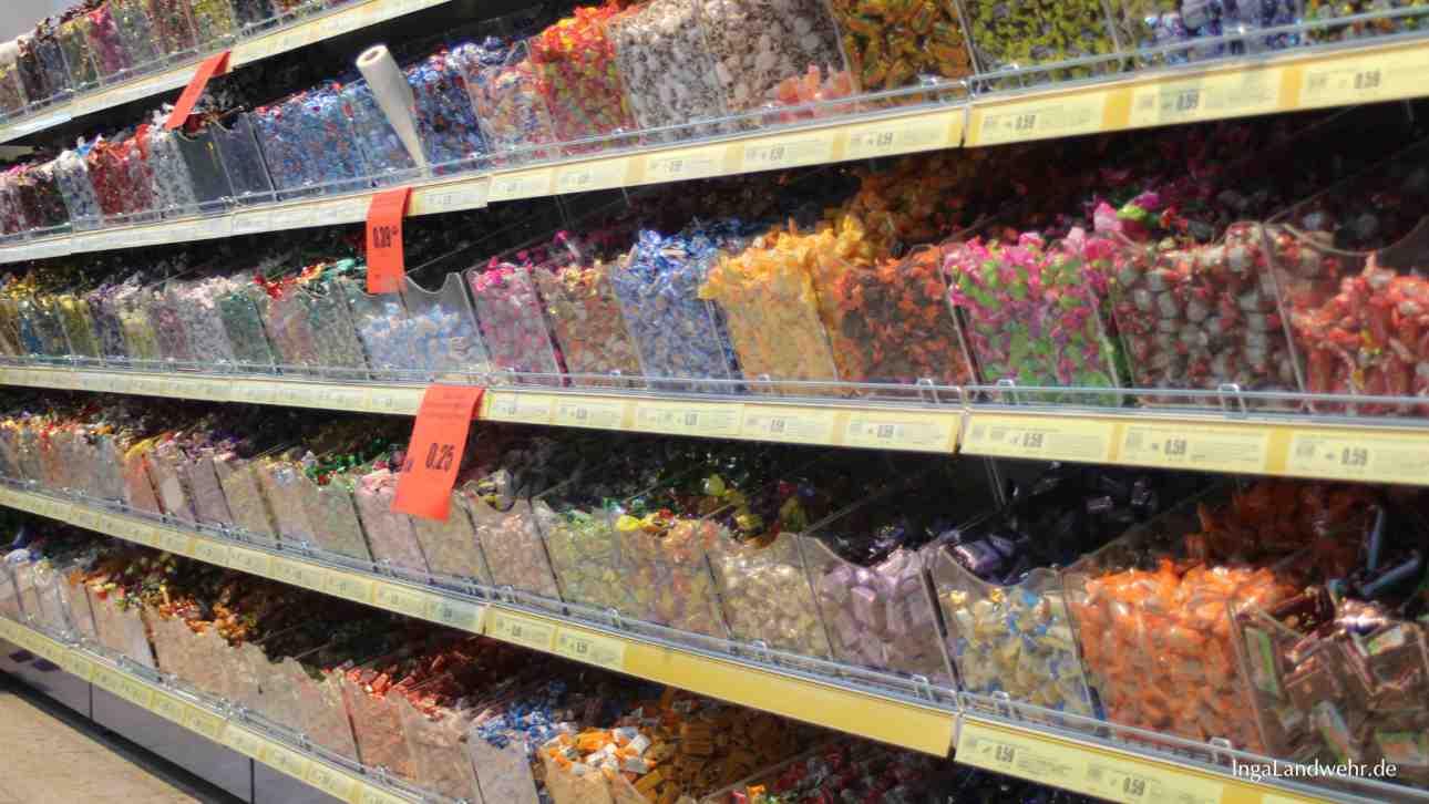 Dutzende Behälter mit losen Bonbons