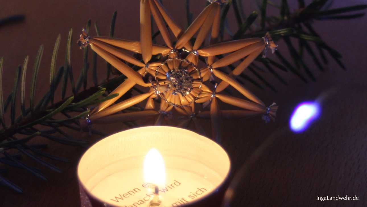 Strohstern und Teelicht für das Fest der Liebe
