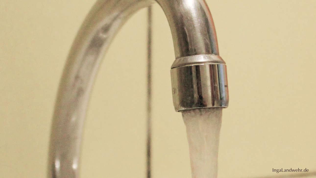 Wasser läuft aus einem Wasserhahn