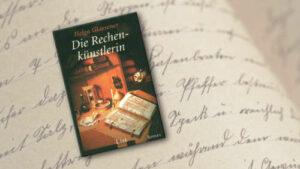 """Alte Handschrift. Darauf liegt das Buch """"Die Rechenkünstlerin"""" von Helga Glaesener"""