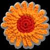 Eine gehäkelte Margerite in orange und rot