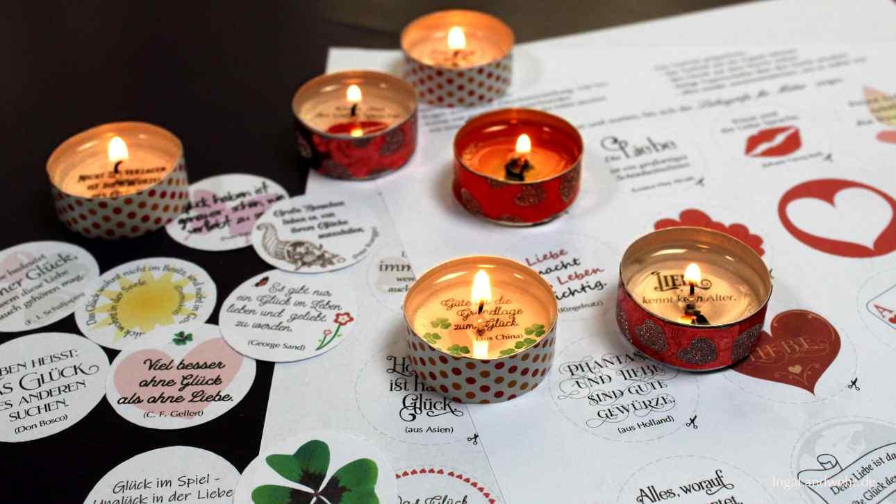 Brennenden Teelichter stehen auf Vorlagen für Glücksteelichter.