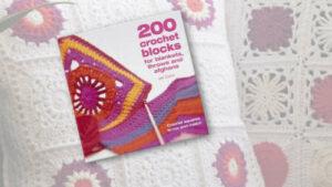 Buchcover von 200 Crochet Blocks for Blankets, Throws and Afghans. Im Hintergrund sind gehäkelte Granny Squares